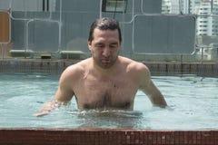 Ung man på simbassängen Royaltyfria Foton