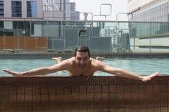 Ung man på simbassängen Fotografering för Bildbyråer