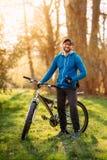 Ung man på en cykel Fotografering för Bildbyråer