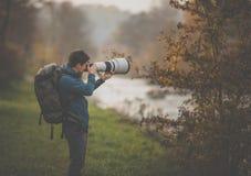 Ung man som ägnar tid till hans favorit- hobby - fotografi royaltyfria foton