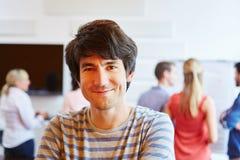 Ung man som är lycklig om hans start-up företag royaltyfria bilder