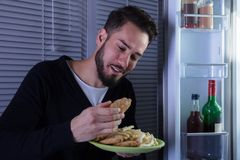 Ung man som äter Fried Food Arkivbilder