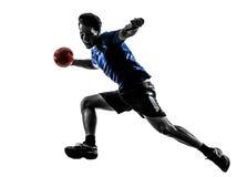 Ung man som övar handbollspelarekonturn arkivbilder
