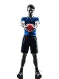 Ung man som övar handbollspelarekonturn arkivfoto