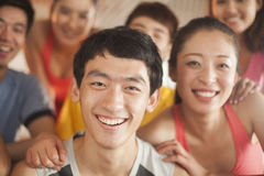 Ung man som övar i idrottshallen Royaltyfria Bilder