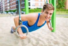Ung man som övar på den utomhus- idrottshallen Arkivbilder