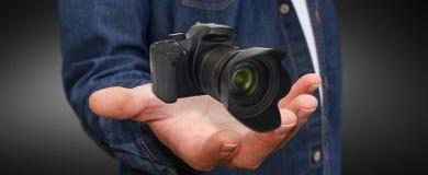 Ung man som använder den moderna kameran Arkivfoto
