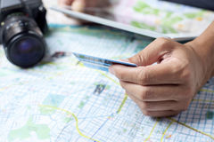 Ung man som använder en kreditkort för att boka en tur arkivbilder