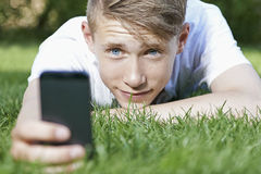 Ung man som använder en smartphone Royaltyfri Fotografi