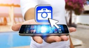 Ung man som använder modern kameraapplikation Royaltyfri Bild