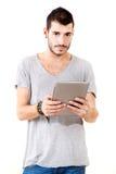 Ung man som använder tableten royaltyfri fotografi