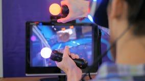 Ung man som använder virtuell verklighetexponeringsglas VR Royaltyfri Bild