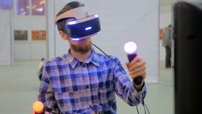 Ung man som använder virtuell verklighetexponeringsglas VR Arkivfoton
