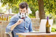 Ung man som arbetar i en vingård Fotografering för Bildbyråer