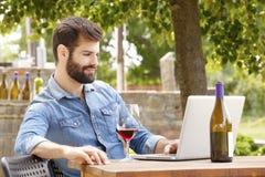 Ung man som arbetar i en vingård Royaltyfria Foton