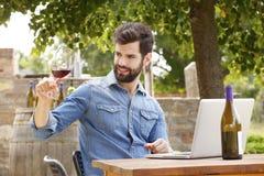 Ung man som arbetar i en vingård Royaltyfri Foto