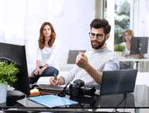 Ung man som arbetar på datoren Arkivfoto