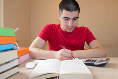 Ung man som arbetar på hans läxa Tankar utbildning, kreativitetbegrepp Fotografering för Bildbyråer
