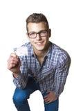 Ung man som av visar hans körkort Arkivfoto