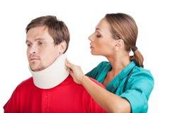 Ung man som bär den cervikala kragen Royaltyfri Foto