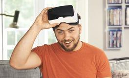 Ung man som bär VR-virtuell verklighetskyddsglasögon Royaltyfria Bilder
