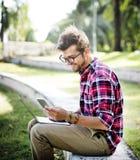Ung man som bläddrar det Smartphone begreppet arkivbild