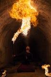 Ung man som blåser brand från hans mun Arkivfoton