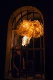 Ung man som blåser brand från hans mun Fotografering för Bildbyråer