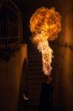 Ung man som blåser brand från hans mun Royaltyfri Foto