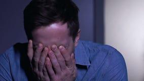 Ung man som desperat gråter och att lida förlust- eller livproblem, closeup stock video