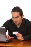 Ung man som direktanslutet köper med kreditkorten Royaltyfri Bild