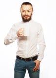 Ung man som dricker en kopp kaffe Arkivfoto