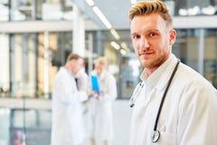 Ung man som en kompetent medicinsk assistent royaltyfri bild