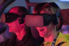 Ung man som erfar lekar med virtuell verklighetskyddsglasögon Arkivbilder