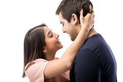 Ung man som får en kyss från hans flickvän Arkivbild