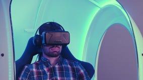 Ung man som fördjupar i virtuell verkligheterfarenhet Royaltyfria Bilder
