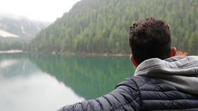 Ung man som fotvandrar i frodigt grönt berglandskap stock video