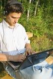 Ung man som fungerar på bärbar dator Royaltyfri Bild
