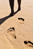 Ung man som går vid kusten Fotografering för Bildbyråer