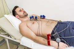 Ung man som gör EKG i sjukhus Royaltyfri Bild