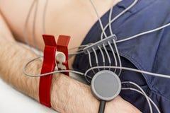 Ung man som gör EKG i sjukhus Royaltyfri Fotografi