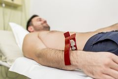 Ung man som gör EKG i sjukhus Arkivbild