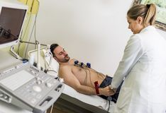 Ung man som gör EKG i sjukhus Arkivfoton