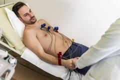 Ung man som gör EKG i sjukhus Royaltyfria Foton