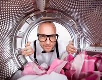 Ung man som gör tvätterit Royaltyfria Bilder