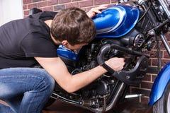 Ung man som grejar med hans moped Arkivbilder