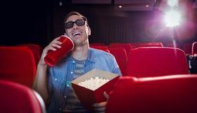 Ung man som håller ögonen på en film 3d Arkivfoton