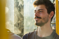Ung man som håller ögonen på till och med fönster i buss Royaltyfria Foton