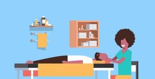 Ung man som har massösen för huvudmassageafrikansk amerikan som masserar patientkroppgrabben som kopplar av att ligga på lyxig br stock illustrationer