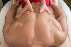 Ung man som har massage på Spa royaltyfri bild